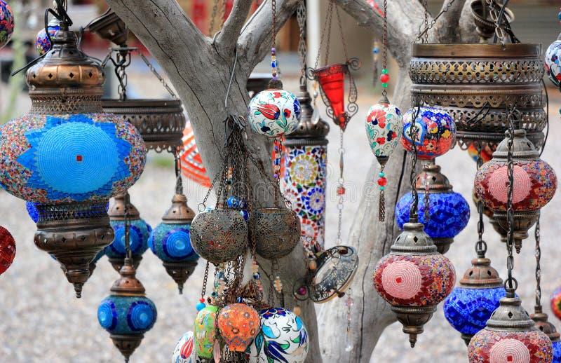 Orientalische Lampen auf den Niederlassungen eines Baums Nahaufnahme Cappadocia, zentrales Anatolien, die T?rkei lizenzfreie stockfotografie