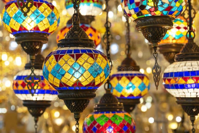 Orientalische Lampen von einem mehrfarbigen Mosaik im Geschäftsfenster lizenzfreies stockfoto
