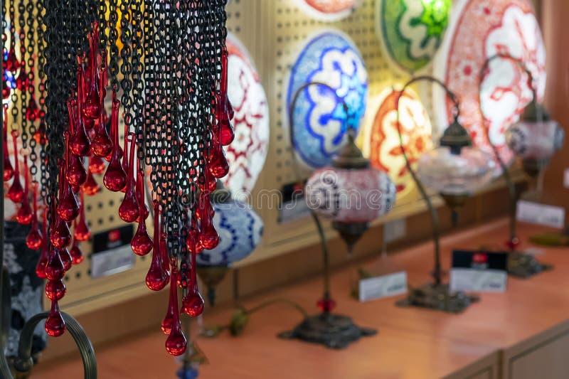Orientalische Lampen von einem mehrfarbigen Mosaik im Geschäftsfenster stockfotos