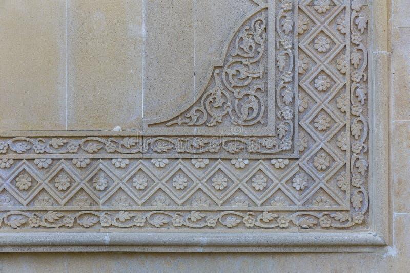 Orientalische Muster auf der Steinwand stockbilder