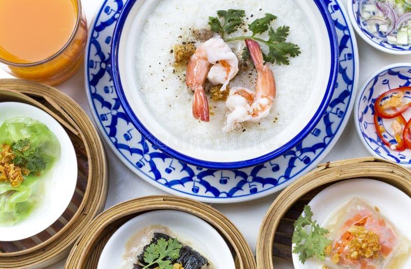 Orientalischer Frühstückssatz mit Congee und dim sum eingestellt stockfotografie