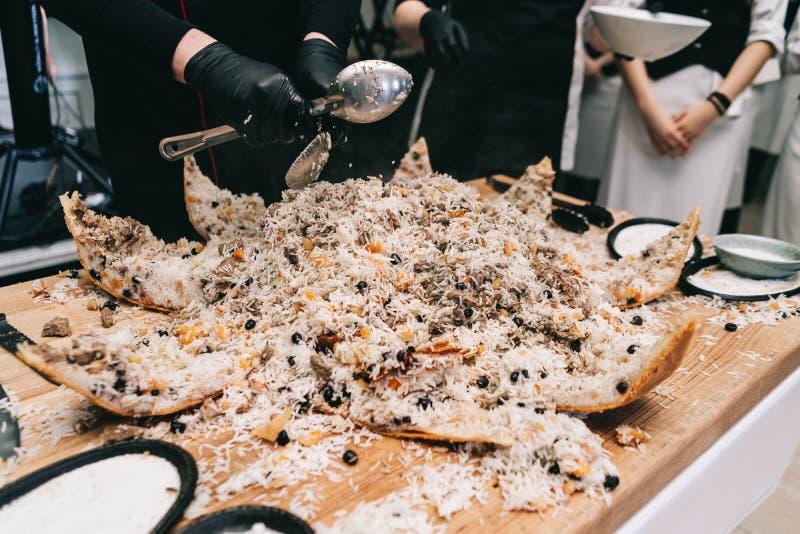 Orientalischer Schahpilaf, pilaw, plov, Reis mit Fleisch in Geb?ck filo, k?stlicher wohlriechender w?rziger Teller lizenzfreie stockbilder