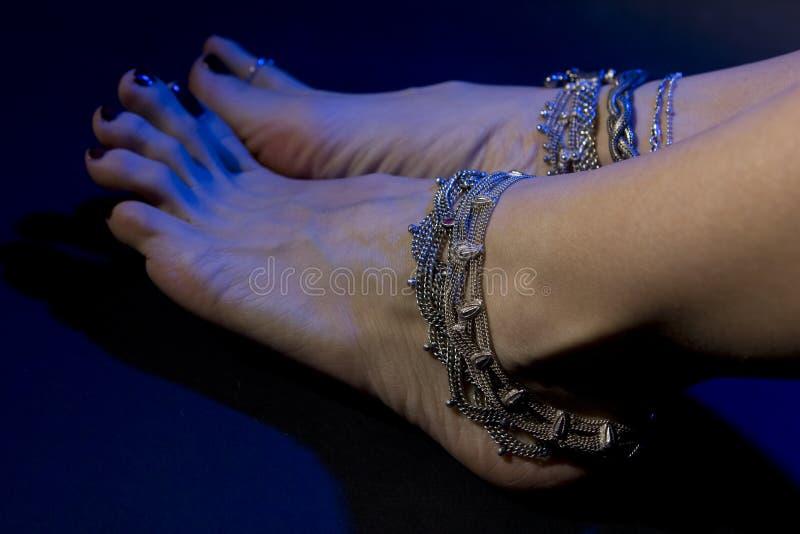 Orientalischer Schmuck: weibliche Füße mit schönem Schmuckstaatsangehörigem stockfotos