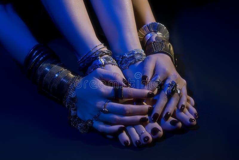 Orientalischer Schmuck: weibliche Füße und Hände mit schönem Schmuck lizenzfreie stockbilder