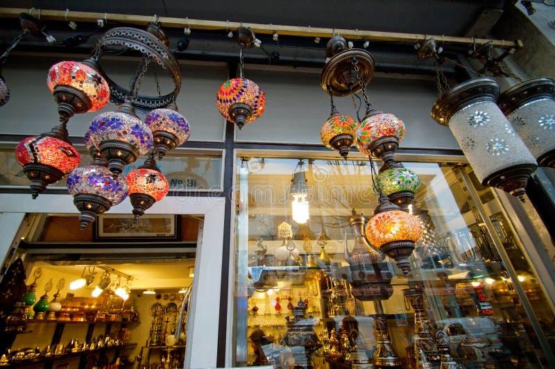 Orientalischer Souvenirladen des Schaukastens schoss draußen durch das Glas stockbild