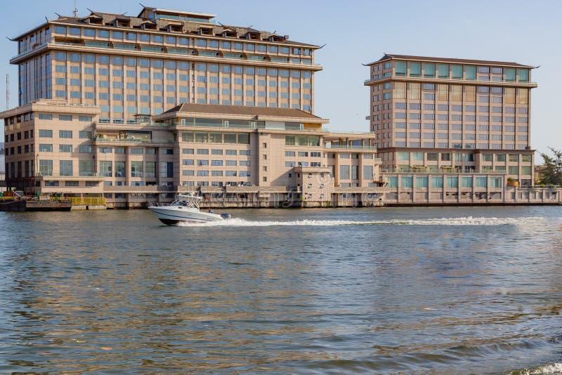 Orientalisches Hotel auf dem Nebenfluss Lagos Nigeria mit fünf Kaurischnecken lizenzfreies stockfoto