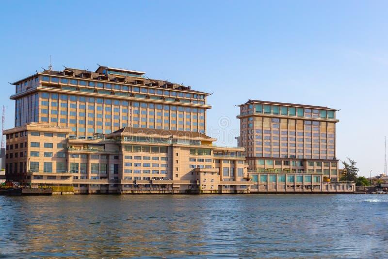 Orientalisches Hotel auf dem Nebenfluss Lagos Nigeria mit fünf Kaurischnecken stockfotografie