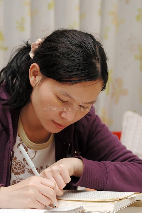 Orientalisches Mädchen auf Schreiben stockbild