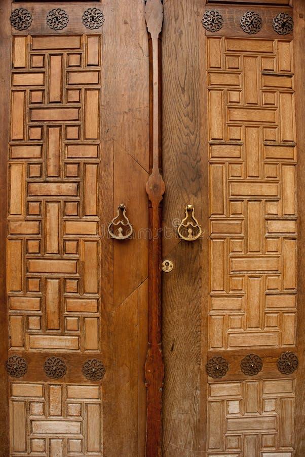 Orientalisk massiv träklosterdörr arkivfoton