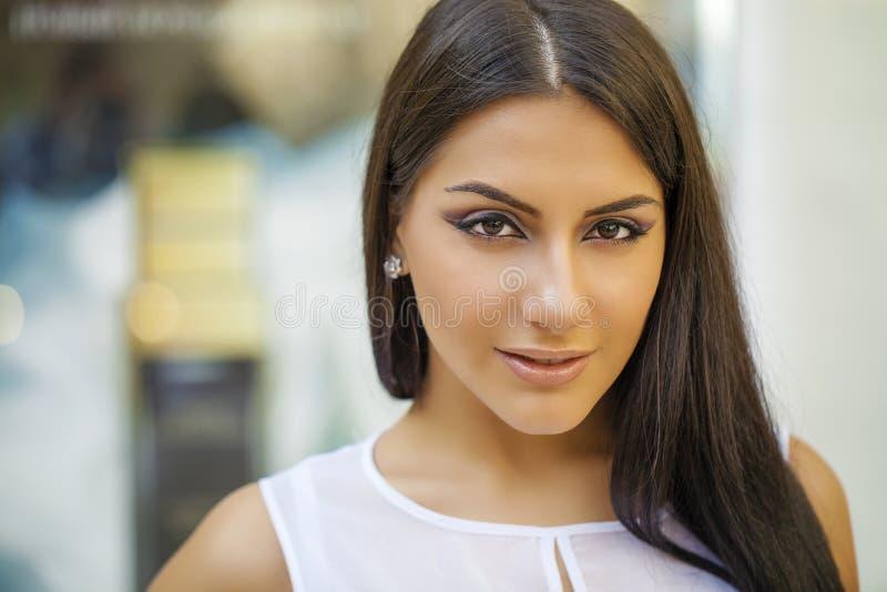 orientalisk stil Sinnlig arabisk kvinnamodell Härlig ren hud arkivfoton