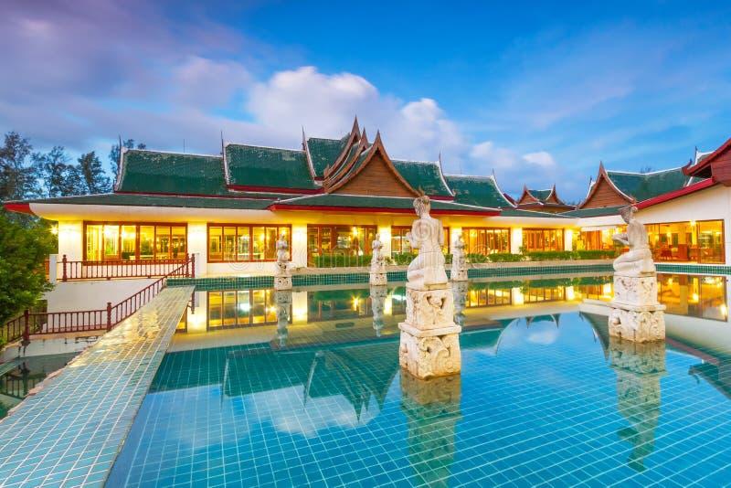 Orientalisk thailändsk paviljong på skymningen