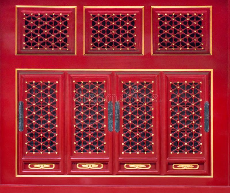 Orientaliska modelldetaljer på trädörr och fönster i Forbiddenet City av imperialistiska Royal Palace arkivbilder