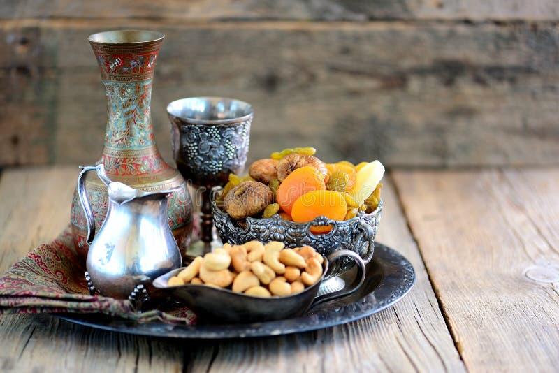 Orientaliska sötsakrussin, torkade aprikors, fikonträd och kasjuer arkivbilder