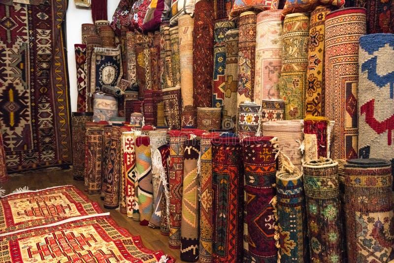 Orientaliskt mattlager royaltyfria foton