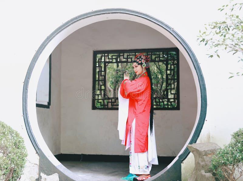 Orientalnego Aisa aktorki Peking Pekin opery kostiumów pawilonu Chińskiego ogródu dramata sztuki Porcelanowa tradycyjna suknia wy zdjęcia royalty free