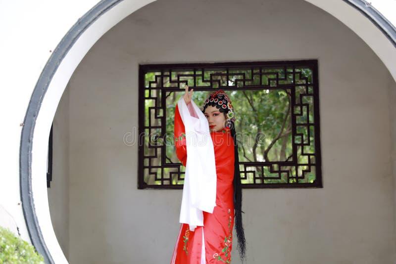 Orientalnego Aisa aktorki Peking Pekin opery kostiumów pawilonu Chińskiego ogródu dramata sztuki Porcelanowa tradycyjna suknia wy fotografia stock