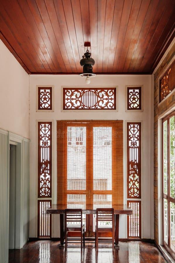Orientalnego rocznika drewniany biurko i krzesło przy korytarzem w starym domu zdjęcia royalty free
