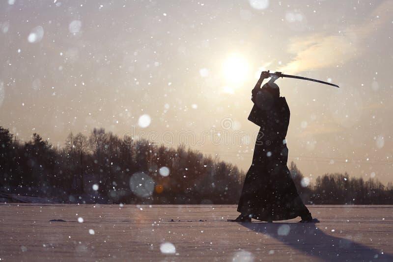 Orientalny sztuka samoobrony wojownik przy zimy szkoleniem obrazy stock