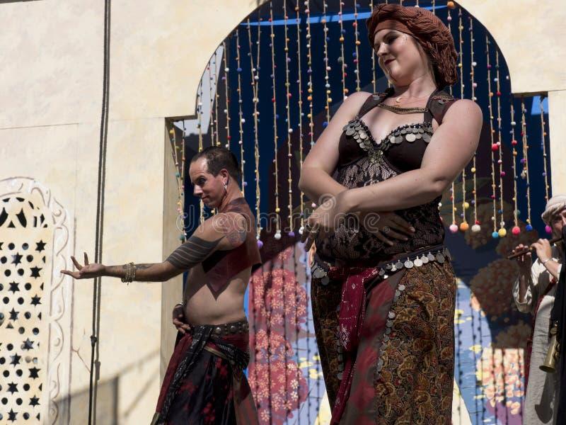 Orientalny taniec z męskim i żeńskim wykonawcą zdjęcie stock