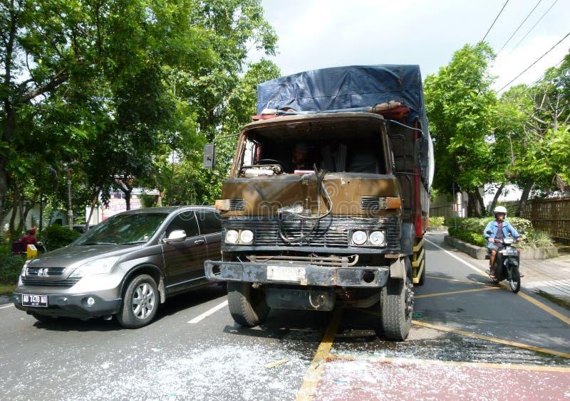 orientation cassée par accident de gestionnaire de véhicule près de l'avertissement r3fléchissant de gilet de triangle de sécurit image libre de droits