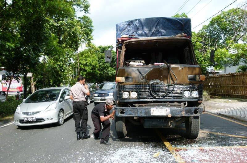orientation cassée par accident de gestionnaire de véhicule près de l'avertissement r3fléchissant de gilet de triangle de sécurit image stock