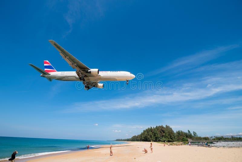 Oriente a aterrissagem de avião tailandesa da via aérea no aeroporto de phuket fotografia de stock
