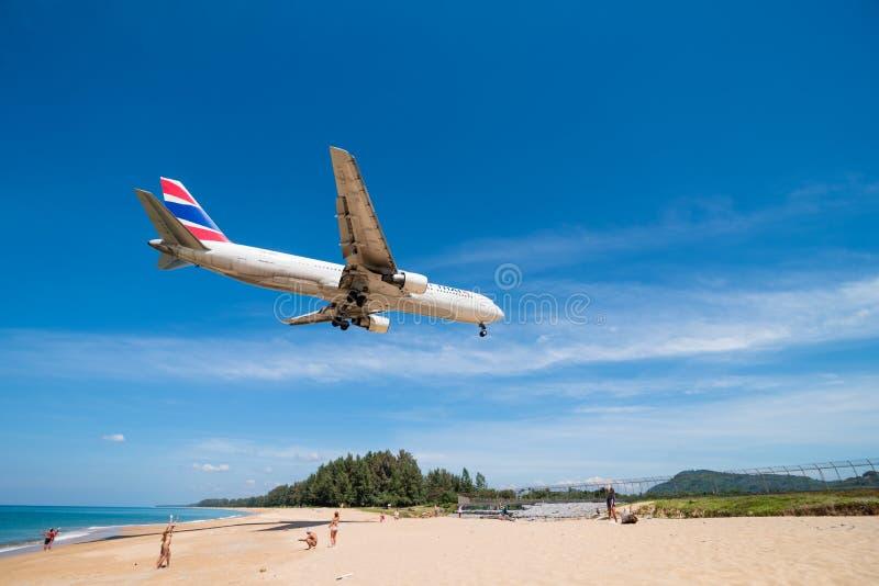 Oriente a aterrissagem de avião tailandesa da via aérea no aeroporto de phuket foto de stock
