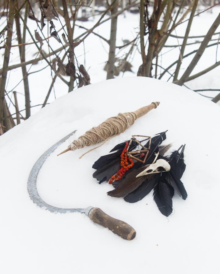 Oriente, las plumas del cuervo, las gotas del serbal del cráneo del pájaro y hoz en imágenes de archivo libres de regalías