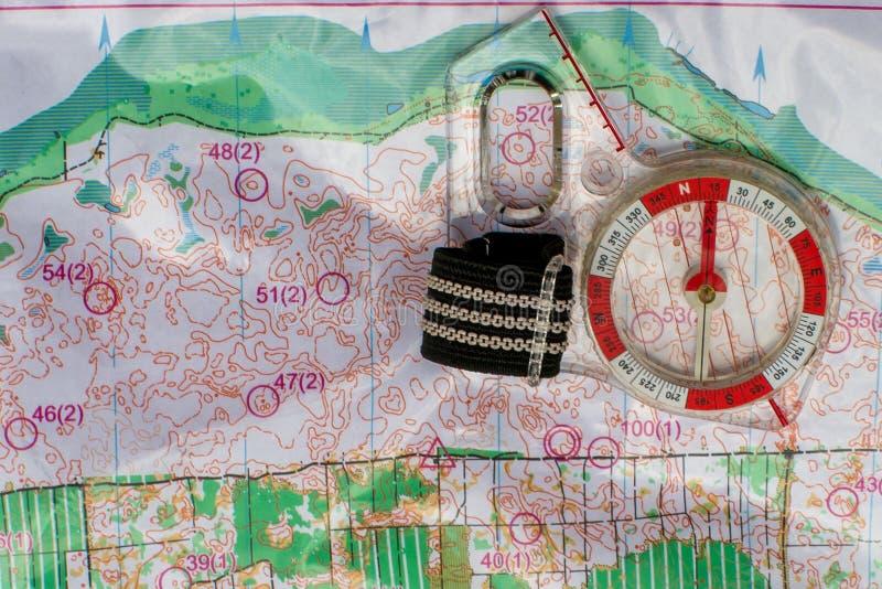 orienteering Compasso e mapa topográfico Equipamento da navegação para orienteering O conceito fotografia de stock royalty free