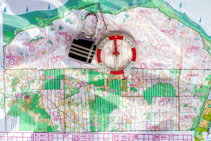 orienteering Compasso e mapa topográfico Equipamento da navegação para orienteering O conceito imagens de stock