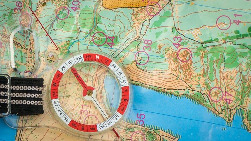 orienteering Compasso e mapa topogr?fico Equipamento da navega??o para orienteering O conceito foto de stock