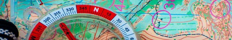 orienteering Compasso e mapa topogr?fico Equipamento da navega??o para orienteering O conceito imagens de stock