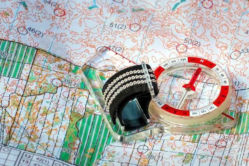 orienteering Cyrklowa i topograficzna mapa Nawigaci wyposażenie dla orienteering przeciw jako tła popasu pojęcia dolarom szarość  obrazy stock