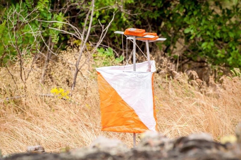 orienteering Prisma e composter do ponto de verificação para orienteering Equipamento da navegação O conceito fotos de stock royalty free