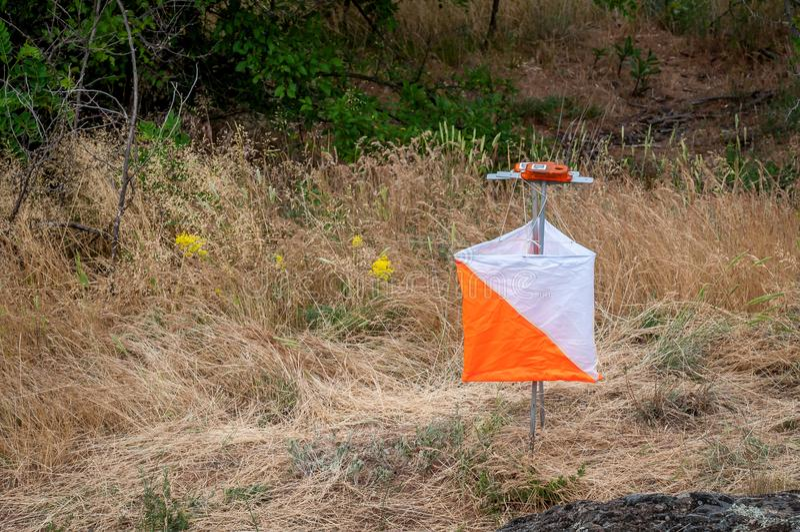 orienteering Prisma e composter do ponto de verificação para orienteering Equipamento da navegação O conceito imagens de stock