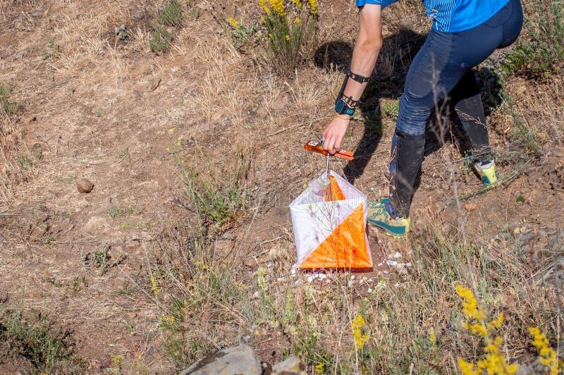 orienteering Prisma e composter do ponto de verificação para orienteering O atleta marca a passagem do ponto de controle fotos de stock