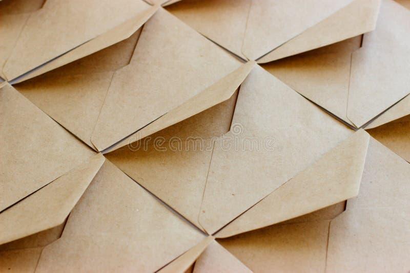 Orienteringen av kuvertmallen göras av brunt kraft papper royaltyfri foto