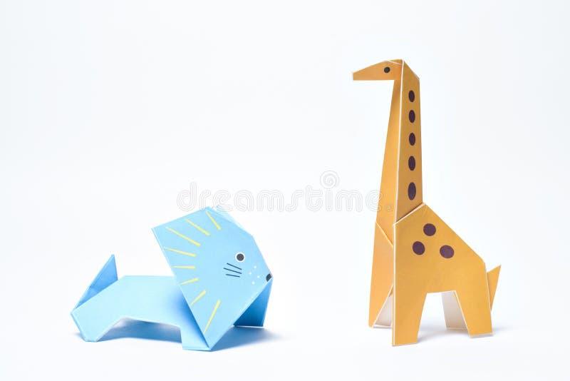Origâmi leão e girafa no fundo branco foto de stock