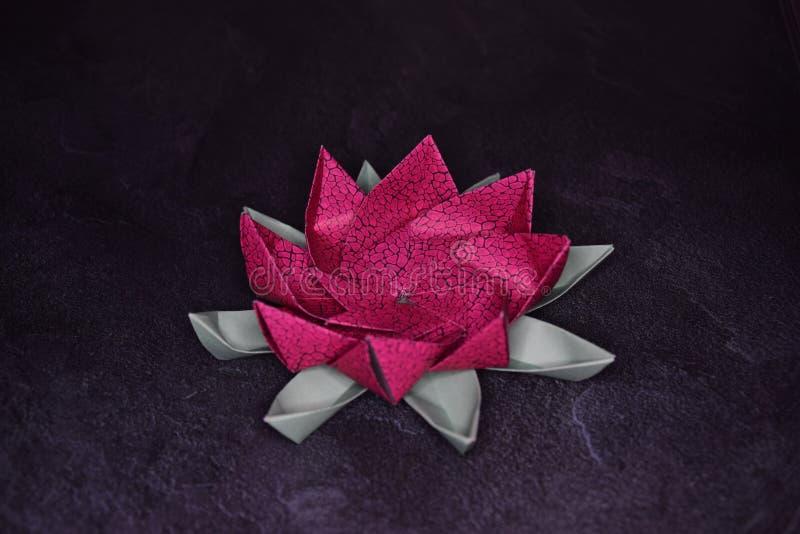 Orig?mi cor-de-rosa Lotus Flower - arte de papel em fundo Textured imagens de stock royalty free