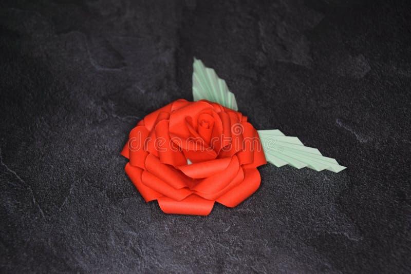 Orig?mi vermelho Rose Blossom - arte de papel em fundo Textured foto de stock