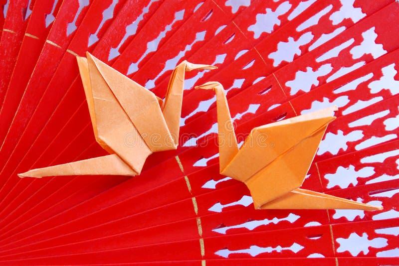 Origami żurawie od papieru na czerwonym fan - Akcyjna fotografia obrazy stock