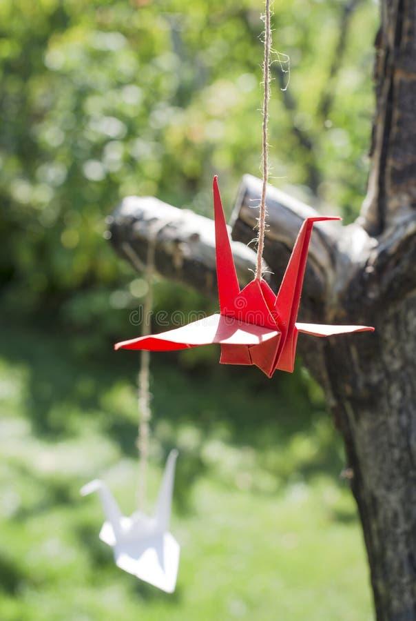 Origami żurawie w ogródzie obraz stock
