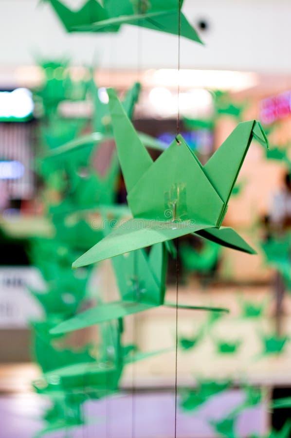 Origami żurawie wiesza od nici zdjęcie royalty free