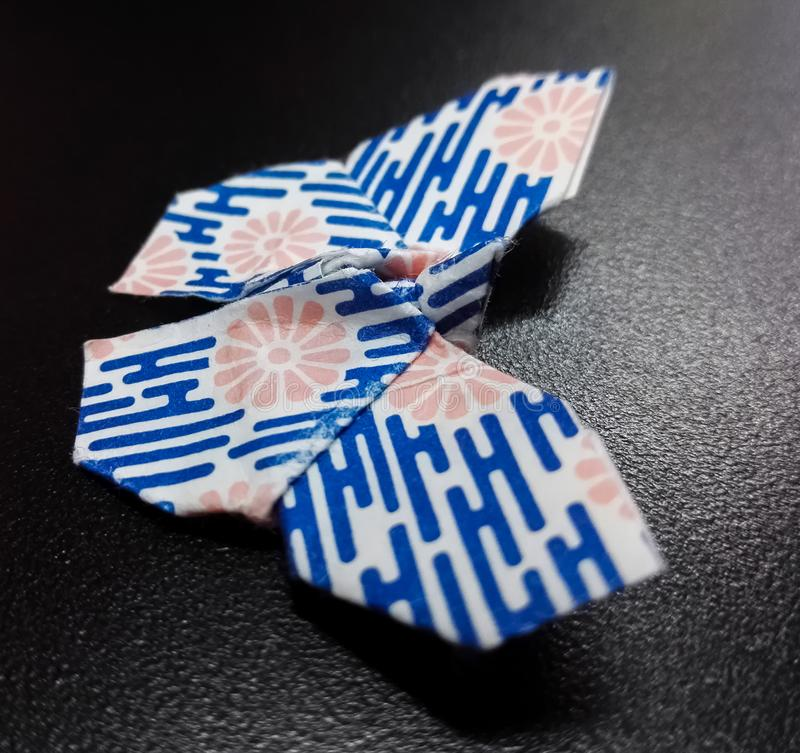 Origami πεταλούδων με το διπλωμένο μπλε γδυμένο έγγραφο ιαπωνικός παραδοσιακός &ta στοκ εικόνες