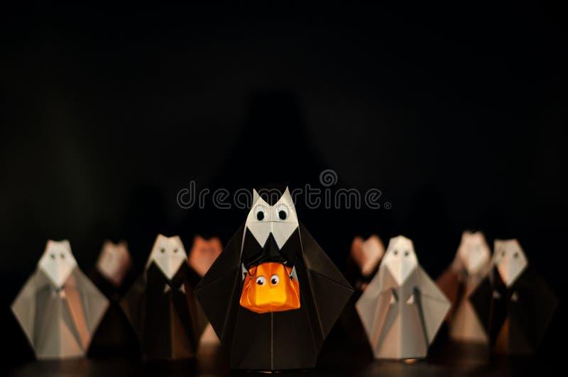 Origami хеллоуина или бумажный складывая Джек-o-фонарик головы тыквы удерживания монашки сделанные из сложенной бумаги с много мо стоковые изображения