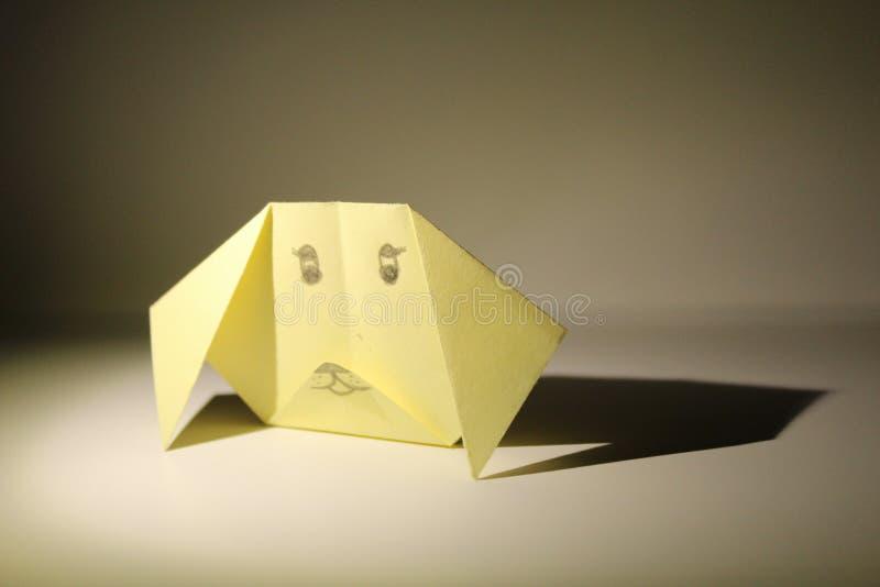 Origami da carta gialla su un fondo bianco fotografia stock libera da diritti