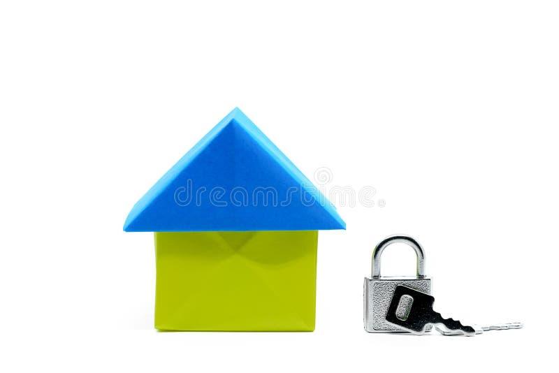 Origami de papier de maison avec la clé de verrouillage sur le fond blanc images libres de droits