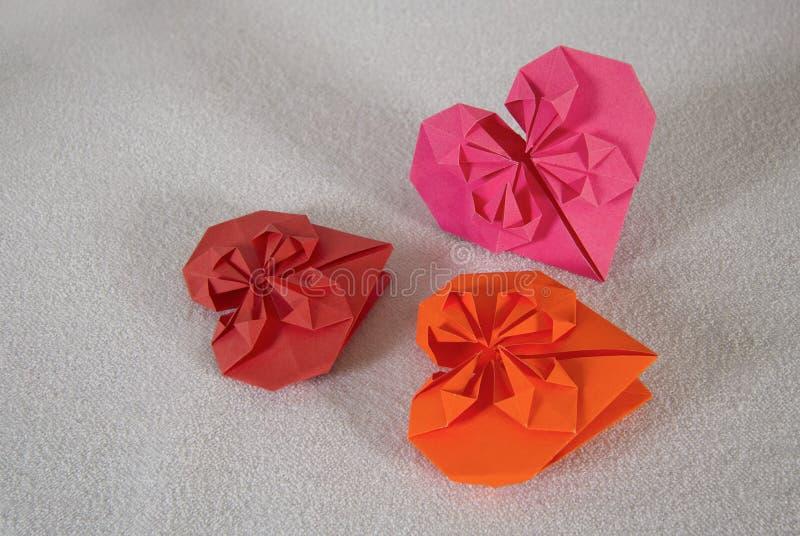 Origami - drei Herzen aus Papier heraus - 1 stockfotografie