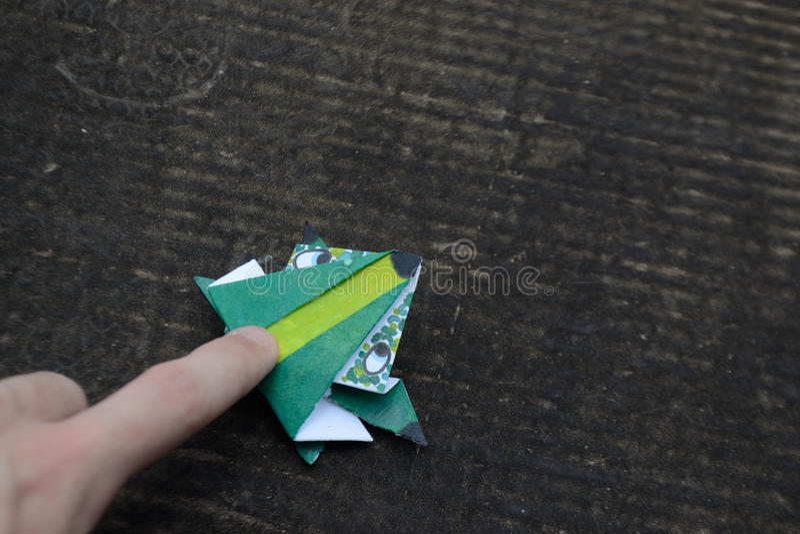 Origami en groda som hoppar royaltyfria bilder