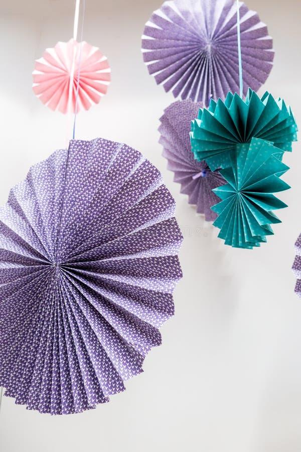Origami fan koło - papierowego rzemiosła obwieszenie przeciw whi i falcowanie obraz stock